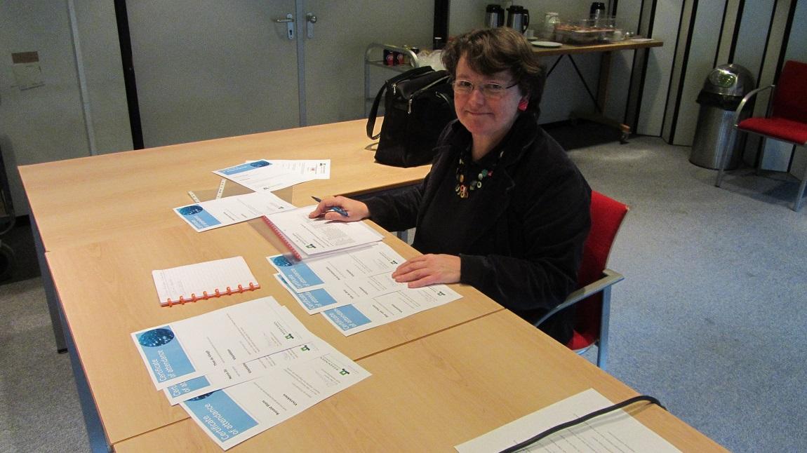 Adviesgroep Koi en vijver: Dr. ir Olga Haenen met certificaten voor de A.K.