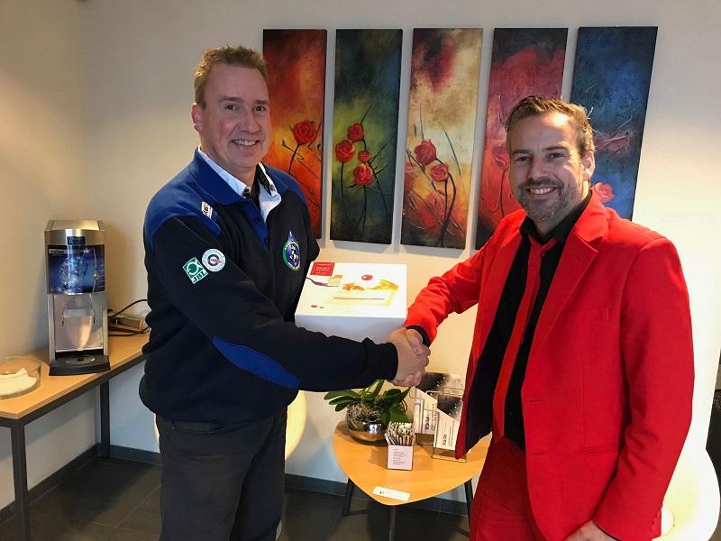 Adviesgroep Koi en vijver neemt taart in ontvangst van Martijn en Peter
